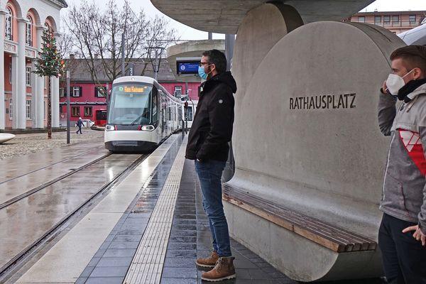 A un arrêt de tram au centre de Kehl (Bade-Wurtemberg) lundi 25 janvier
