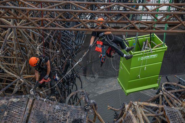 Juin 2020 – Découpées par des cordistes, les pièces de l'échafaudage sont placées dans des caissons pour être évacuées et recyclées.