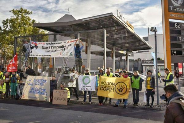 Rassemblement de manifestants devant une station Total, le 12 octobre à Lille.