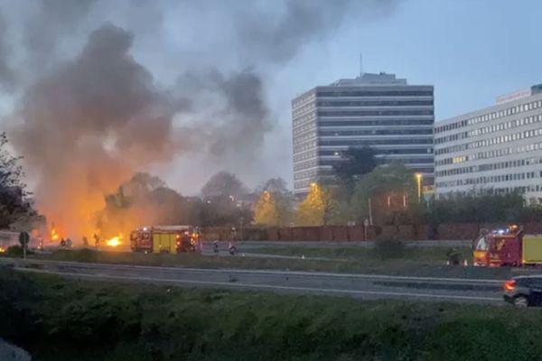 Une camionnette en feu vient d'exploser sur le périphérique de Lille ce lundi 26 avril peu après 21 heures.