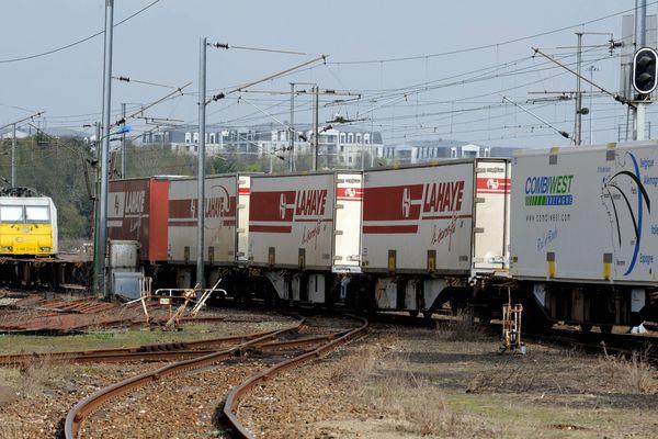 Le train Combiwest. Les conteneurs mobiles circulent sur rail entre Rennes et Lyon. 03/2011