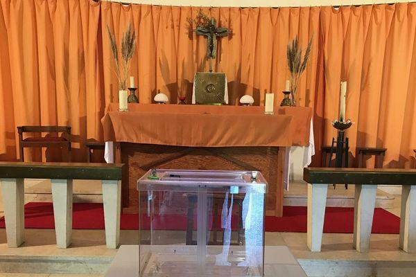 Une urne a été installée devant l'autel de l'église d'Emiéville pour élire le maire de la commune