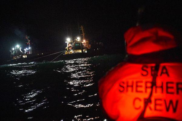 Des membres de l'ONG Sea Shepherd filment et prennent des photos des chalutiers de pêche pélagique en boeuf, afin d'observer les captures de cétacés dans le Golfe de Gascogne. 5/01/2020