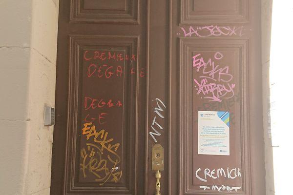 La porte d'entrée du 17 boulevard Longchamp a été taguée par les manifestants le samedi 4 septembre.