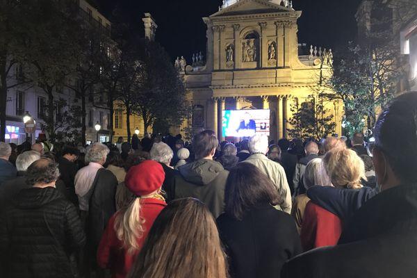 Plusieurs centaines de personnes se sont réunies devant la Sorbonne pour assister à l'hommage national à Samuel Paty.