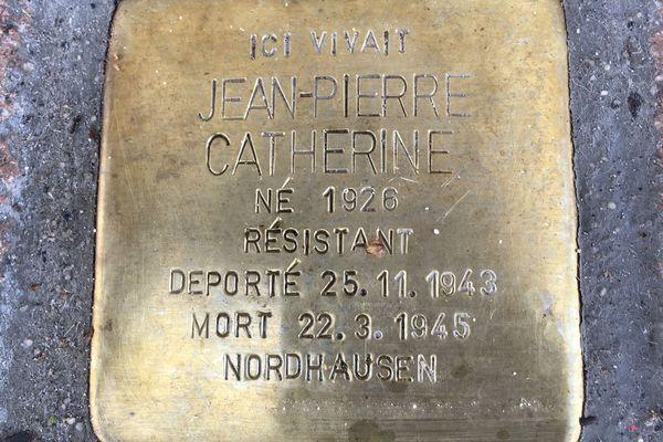 Ce pavé du souvenir est le premier dévoilé en Normandie.