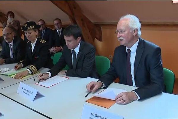 Manuel Valls (au centre) aux côtés de la préfète du Pas-de-Calais (à gauche) et du maire de Croisilles (à droite).