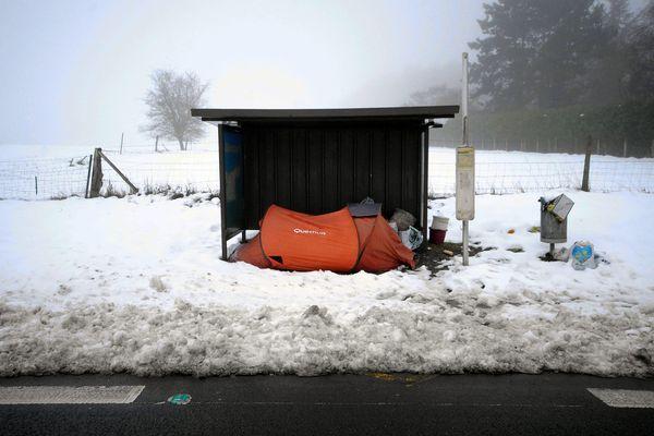 La tente d'une personne sans-abri au milieu de la neige, à Gouincourt (Oise) - Photo d'illustration