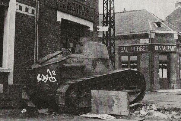 Un char français détruit route d'Albert (aujourd'hui avenue de la Défense Passive).