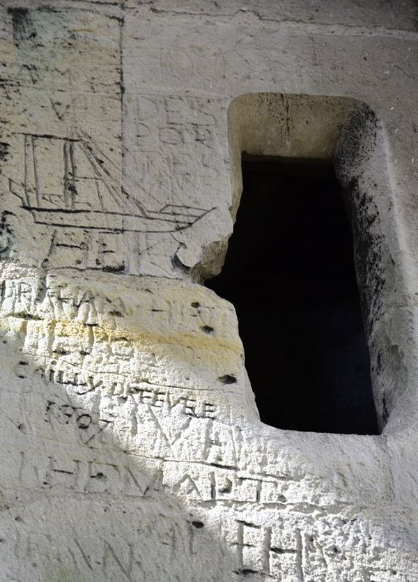 Intérieur de la Cathédrale de Rouen (détail ) : pierre de Caumont avec graffitis