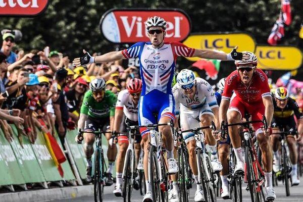 Arnaud Démare remporte au sprint la 18e étape qui arrivait à Pau. C'est la troisième victoire française sur le Tour de France.