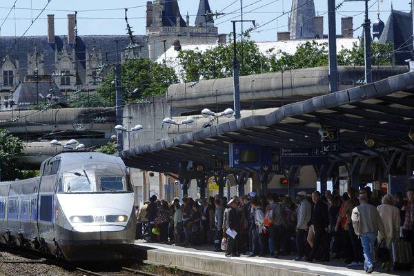 """À cause de problèmes d'alimentation de la ligne TGV au sud de la gare Montparnasse, tous les trains au départ et à destination de la gare parisienne voient leurs horaires retardés. Afin d'acheminer les usagers d' Ouest (ici, la gare de Nantes), la SNCF fait progressivement partir les TGV sur les voies """"classiques""""."""