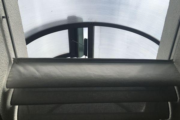 Un toit ouvrant piloté par un automate permet de ne faire entrer que l'air frais dans le restaurant scolaire Pouply-Thillois (Reims)