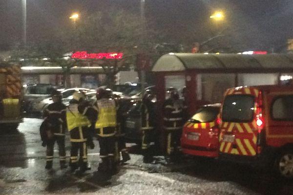 Les forces de l'ordre en action devant la station service d'Angers, le 23 novembre 2018, où un gilet jaune menace de se faire exploser