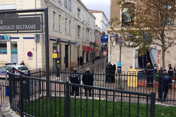 Une femme s'est enfermée depuis ce jeudi matin dans une banque LCL du centre-ville d'Alès, dans le Gard. Elle serait armée et menacerait de tout faire exploser. Le RAID est sur place.