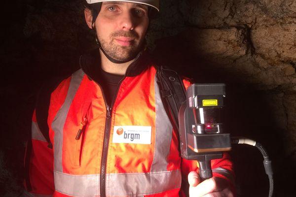 Avec son scanner à infrarouge, l'ingénieur du BRGM cartographie le sous-sol d'Orléans