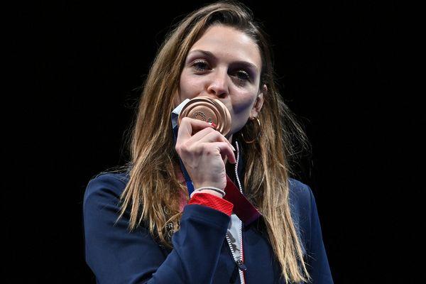 Manon Brunet est la première championne de la région Auvergne-Rhône-Alpes aux Jeux Olympiques de Tokyo. Elle a remporté la médaille de bronze au sabre, lundi 26 juillet.