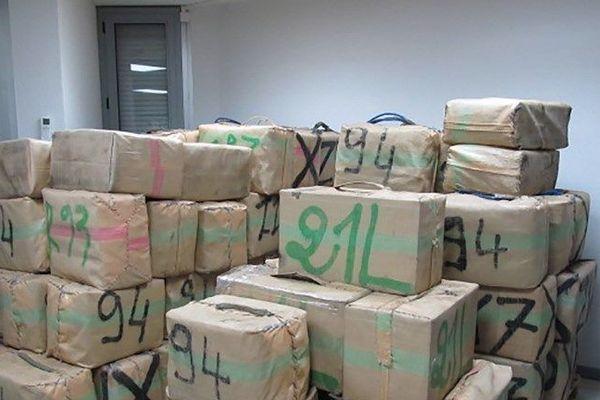 Les agents des douanes de Narbonne (Aude) ont saisi ces 1.068 kg de cannabis dans un camion supposé transporter des caisses en bois vides depuis l'Espagne vers la Grèce.