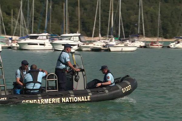 Les gendarmes sondent le lac de Vouglans dans l'espoir de retrouver le plongeur porté disparu.