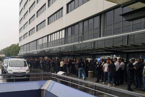 Près de 150 policiers se sont réunis dans la cour du commissariat central en soutien à un de leur collègue convoqué par leur direction le 11 juin dernier.