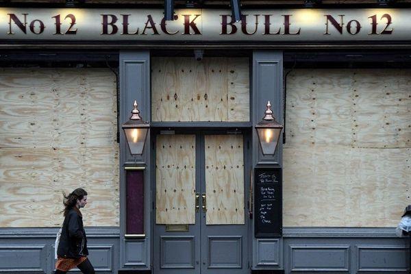 Un pub fermé d'Edimbourg en Ecosse.