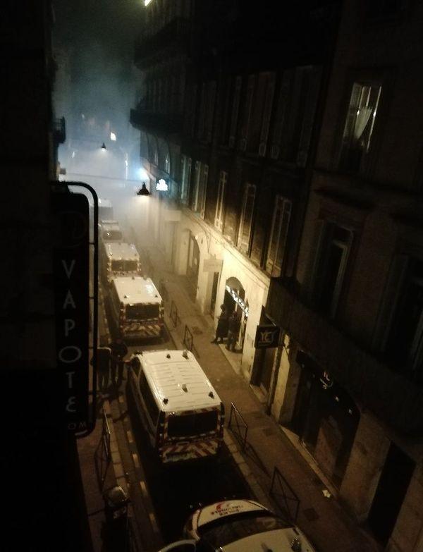 Renforts de camions de police qui circulent rue du Loup à Bordeaux