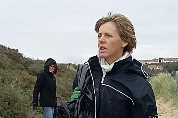 Sandrine, volontaire pour ce ramassage des déchets sur la plage