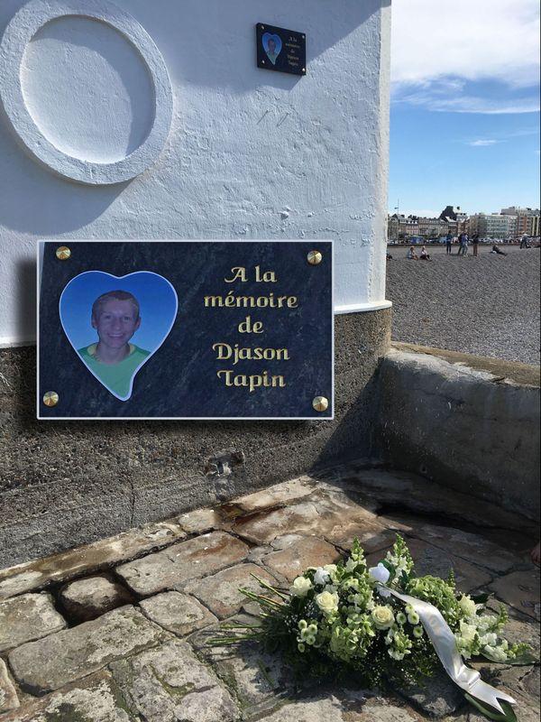 18 juillet 2020 – Jetée de Dieppe. En médaillon : la plaque en hommage au jeune emporté par la mer