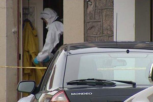 La police scientifique cherche des indices qui pourraient expliquer la mort du couple de retraités à leur domicile de Montluçon.