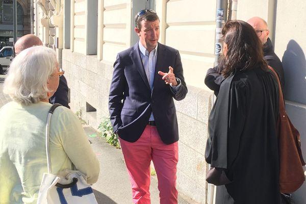 Jean-Yves de Chaisemartin et son avocate Maître Sarah Margaroli à la sortie du tribunal administratif de Rennes