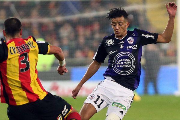 Mouaad Madri contre le RC Lens la saison dernière avec l'AC Ajaccio