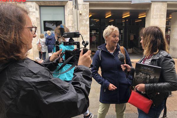 """L'équipe de NoA s'intéresse aussi aux à-côté du festival. Ici, Delphine Roux tend le micro à Maryz Bessaguet, autrice du livre """"La Rochelle... fait son cinéma""""."""