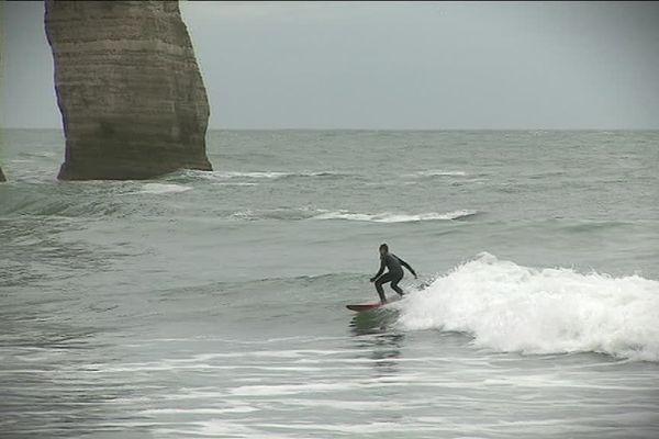 Mars 2019- Paul Devarieux surfe sur la vague à Etretat
