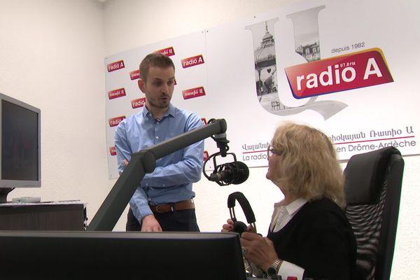 Une antenne de Radio Arménie, basée à Valence, permet à la diaspora de se tenir informée de la situation dans le Haut-Karabakh. Le 30 septembre 2020 marque le cinquième jour consécutif de combats entre Arméniens et Azéris dans cette région auto-proclamée indépendante depuis 1991.