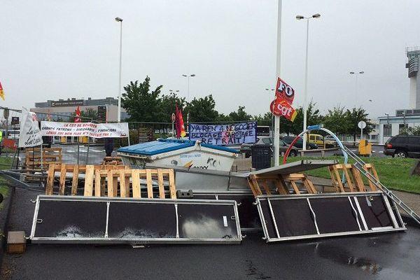 Mercredi premier juin, à l'appel de quatre syndicats (CGT, FO, SUD, UNEF), une soixantaine de personnes bloque l'entrée principale de l'aéroport d'Aulnat.