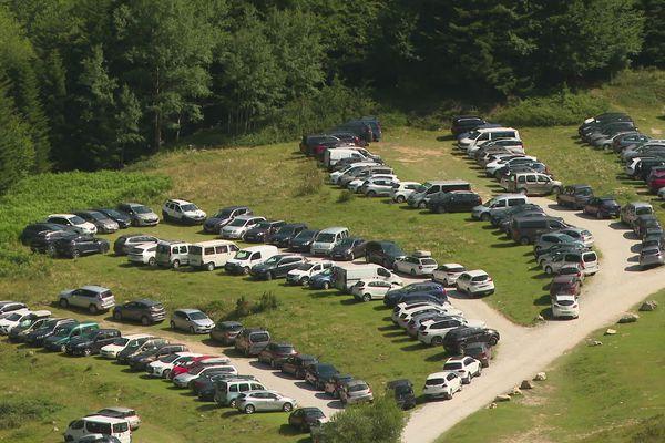 À 10 heures du matin, le parking du lac de Bious-Artigues, en Vallée d'Ossau, est déjà saturé. Le site accueille actuellement 2.000 personnes par jour.