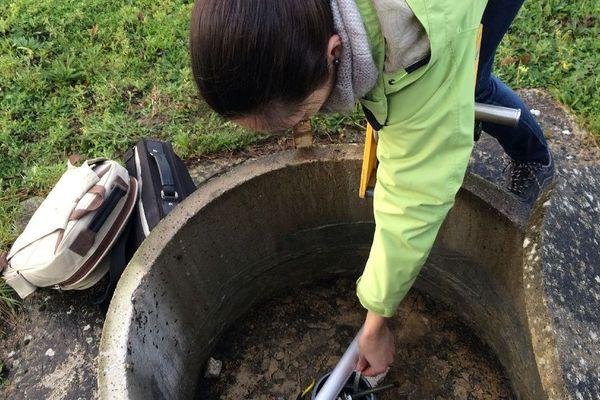 Flora Lucassou, hydrogéologue du BRGM Bretagne relève le niveau d'eau d'un piézomètre