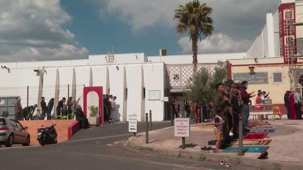 De nombreux fidèles prient à l'extérieur de la grande mosquée de Montpellier dont l'accès est limité à cause du Covid.