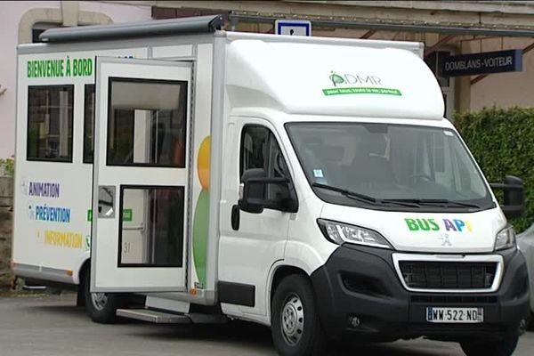 Le bus sillonne les routes du Jura à la rencontre des personnes âgées.