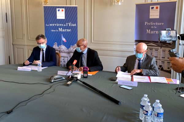 Le préfet de la Marne entouré du délégué territorial de l'ARS et du directeur académique ont annoncé les mesures pour lutter contre la propagation du virus Covid 19
