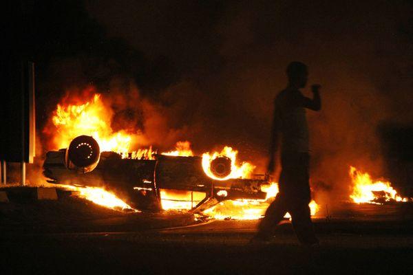 Voiture en feu – Image d'archive