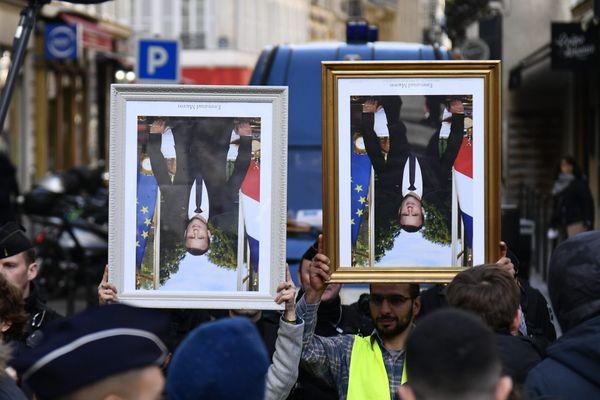 Les décrocheurs des portraits d'Emmanuel Macron viennent les rendre à l'Elysée en mars 2020