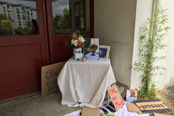 Les pancartes et la photo de Nadir ont été déposées devant la maison familiale.