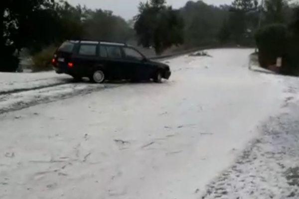 Une voiture a bien essayé de remonter le torrent glacé... avant de renoncer.