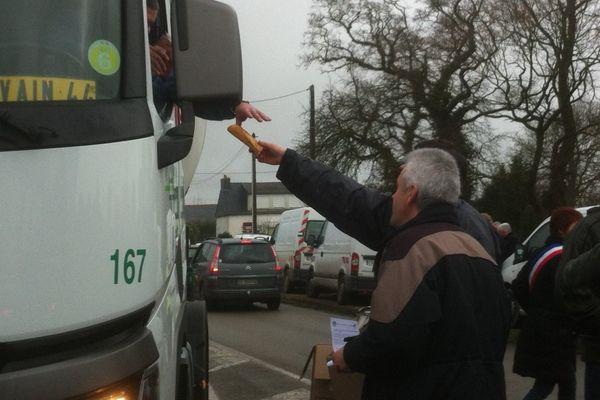 """Distribution gratuite de """"sandwichs français"""" à Pluméliau (56)"""