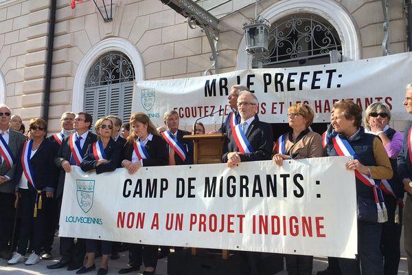 Un millier de personnes a défilé contre l'arrivée de migrants à Louveciennes, dans les Yvelines, ce dimanche 2 octobre.