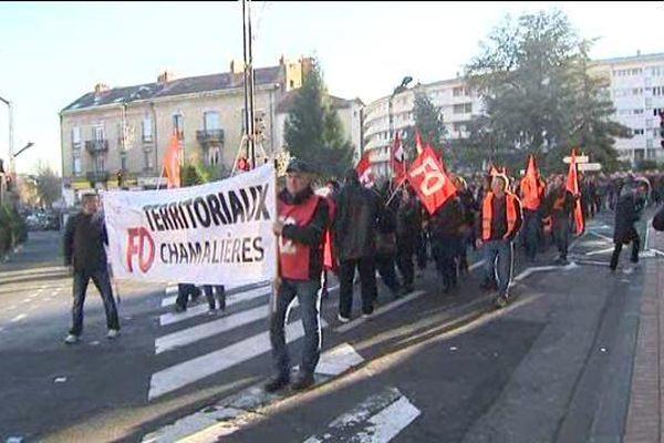 240 employés municipaux ont défilé jeudi matin dans les rues de Chamalières. Ils reprochent au maire, Louis Giscard d'Estaing (UDI) un manque de respect et une mauvaise gestion des services.