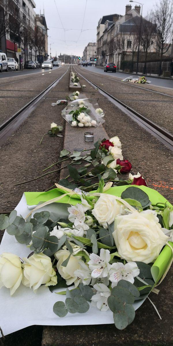 Avenue de Laon à Reims, des roses ont été déposées sur le lieu de l'accident entre les rames du tramway.