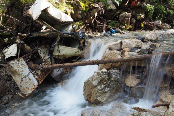 Le Fontanil, près de Cherlieu, envahi par des carcasses de voitures, des bidons et autres déchets.
