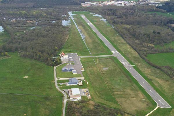 L'aérodrome de La Vèze en 2018, sa piste de 1400 mètres de long et de 24 m de large